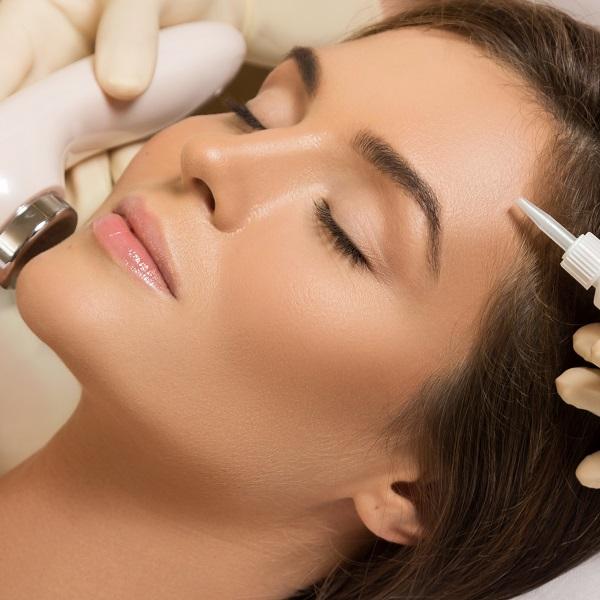 Beautiful,Woman,In,Professional,Beauty,Salon,During,Face,Polishing,Treatment